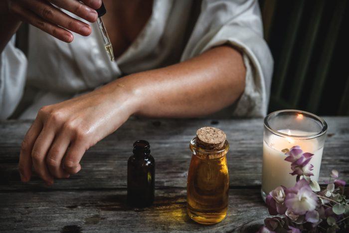 Olej z czarnuszki – popularność, korzyści ze stosowania, właściwości