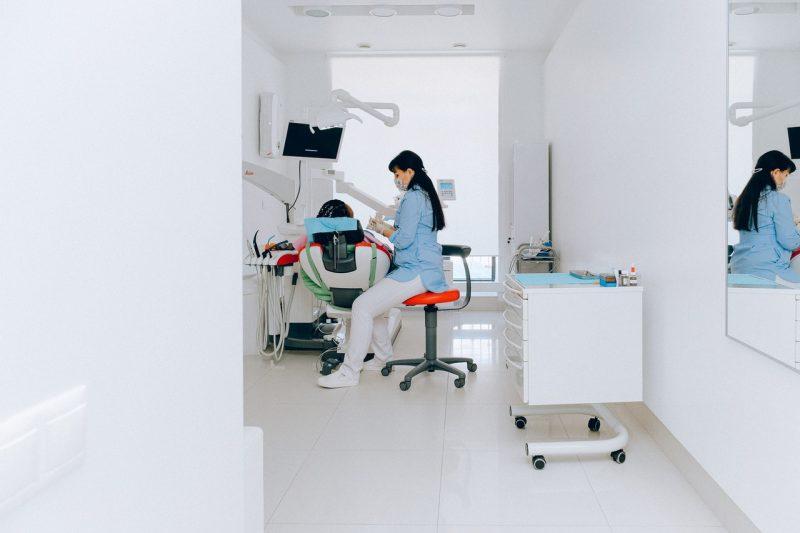 Jak wybierać fotele zabiegowe? Fotele do pobierania krwi, okulistyczne, dentystyczne…