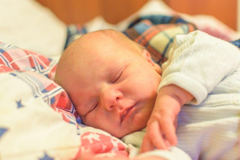 Jak działa monitor oddechu dla dziecka? Kiedy jest potrzebny?